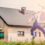 Hus med en jublende bygningsarbeider i front